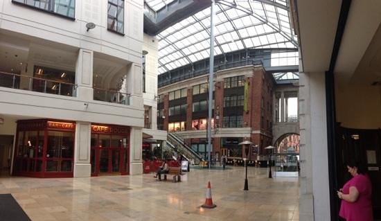 Radisson Blu Hotel, Leeds: view of main shopping and resteraunt area