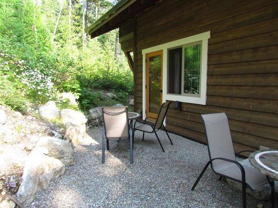 Glacier Guides Lodge: Back porch
