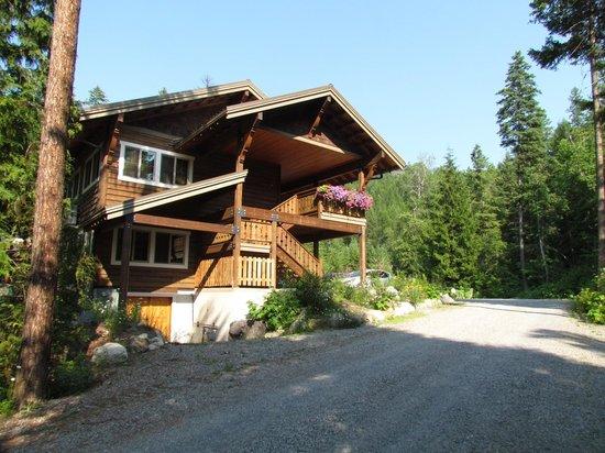 Glacier Guides Lodge: Side view