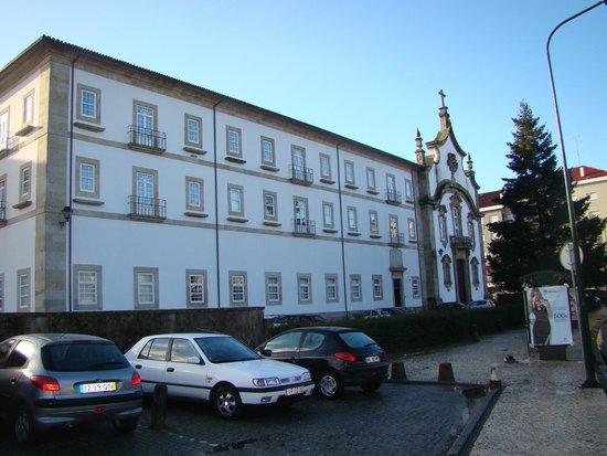 Pousada de Viseu Charming Spa: fachada do hotel e estacionamento