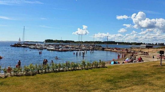 Stotvig Hotel : En flott sommerdag ved hotellet med utsikt mot stranden og bryggen.