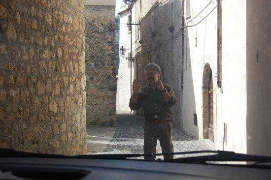 Nena al Borgo Castello: Carlo directing us on a narrow town road