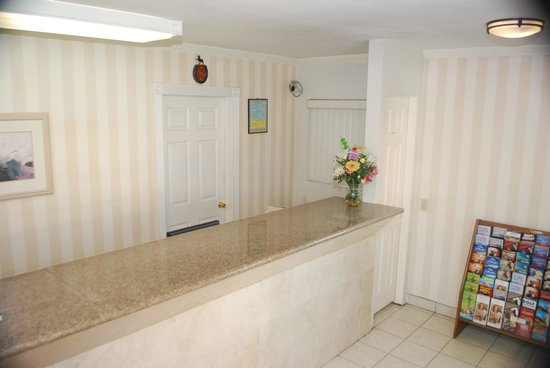 Redondo Inn and Suites: Front Desk