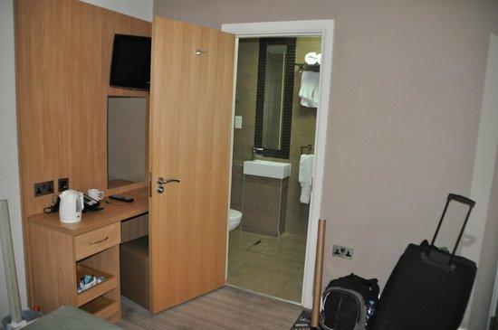 Eden Plaza Kensington: Habitacion y baño piso inferior