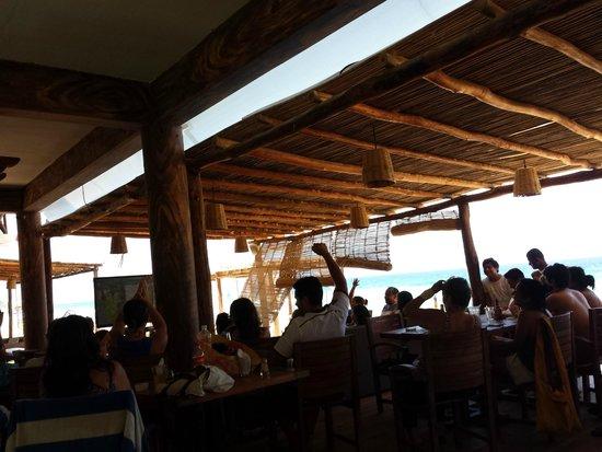 Hotel Nude Zipolite: viendo el fut junto a la playa