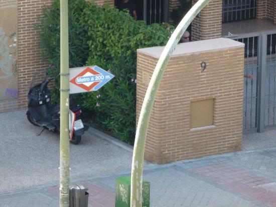 Maydrit Hotel: indicador de parada de metro El Capricho