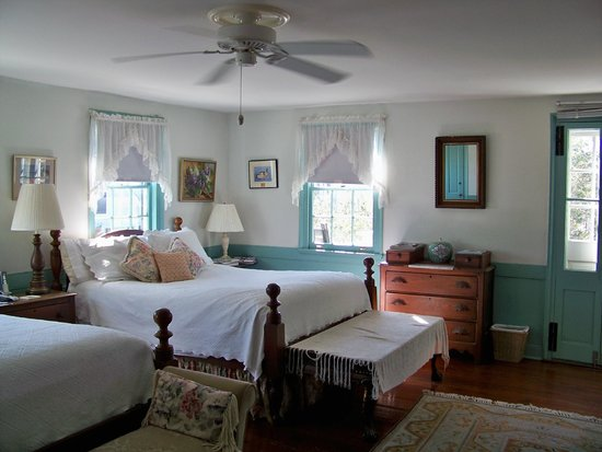 Antebellum Bed and Breakfast at Thomas Lamboll House: Blue and white bedroom - sunny!