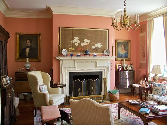 Antebellum Bed and Breakfast at Thomas Lamboll House: Another view of the living room