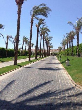 Le Royal Holiday Resort: driveway too hotel