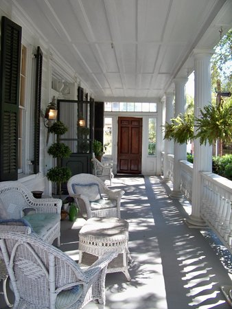 Antebellum Bed and Breakfast at Thomas Lamboll House: The piazza/front porch