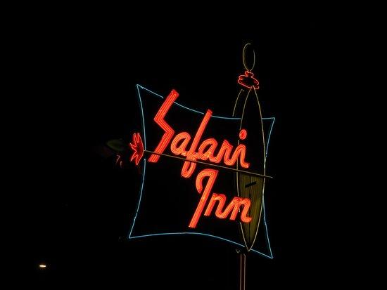 Safari Inn, a Coast Hotel: Night Shot