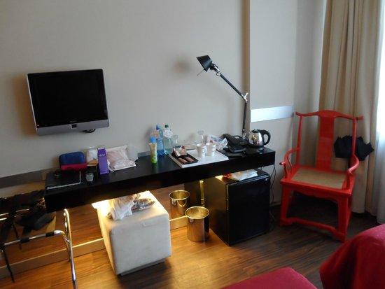 Perla Hotel: Área de escritorio. Nótese el tamaño muy pequeño del televisor