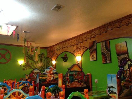 อิมพีเรียล, เนบราสก้า: Festive decor in this immaculate restaurant with friendly service!