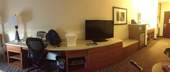 Best Western Plus Park Place Inn & Suites: spacious (room is not curved, only the photo)