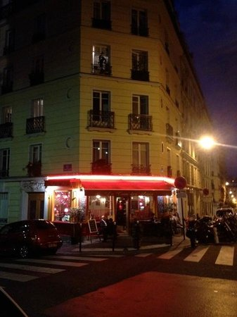 Exterior view of Le Coin des Amis at night