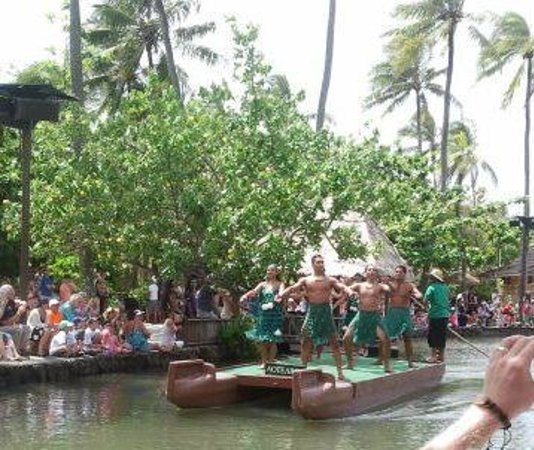 Polynesian Cultural Center : Dancers on floats