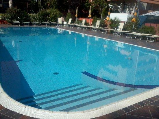 Piscina grande ingresso gradini foto di hotel prestigio - Gradini per piscine ...