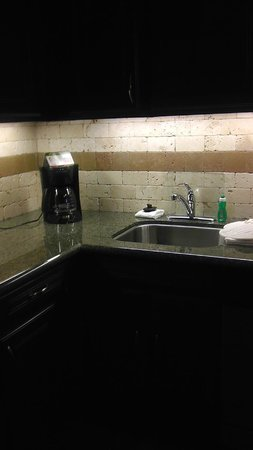 Staybridge Suites Wilmington East: Granite counter tops/coffee maker/Stainless steel sink