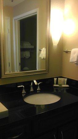 Staybridge Suites Wilmington East: Black granite top bathroom sink
