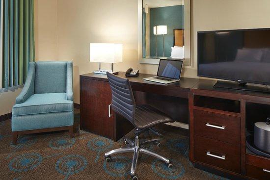 Hampton Inn San Diego/Mission Valley: Spacious Desk Area