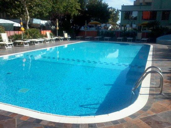 Piscina grande ingresso gradini foto di hotel prestigio cesenatico tripadvisor - Hotel mioni pezzato ingresso piscina ...
