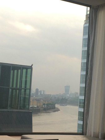 Canary Riverside Plaza Hotel: Beautiful room with King bed & view of the Thames.