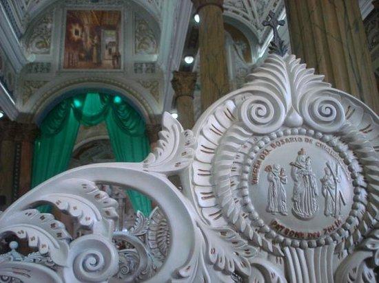 Basilique Notre-Dame de Chiquinquira : Detalle de las sillas dentro de la Basilica