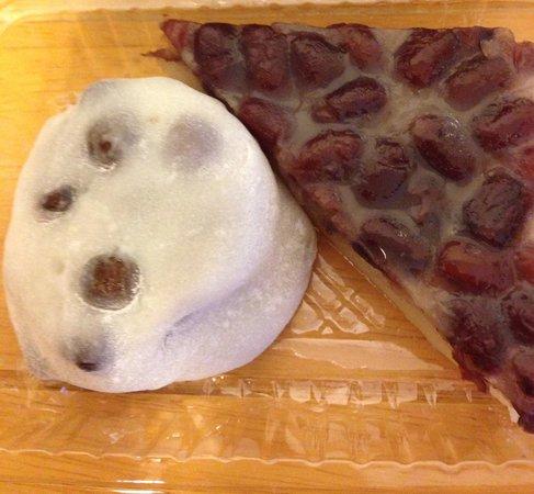 Demachi Futaba: 京都に行ったら絶対食べたい!豆餅の豆の大きさと餅の伸びの良さ(笑)ちょっと塩味も効いててあんことの相性抜群!本当に美味しい大福です♪