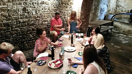 Tuscan Wine Tours by Grape Tours : Our groupe wine tasiting at our 1st stop