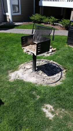Residence Inn Seattle South/Tukwila : This is the barbecue that guests ARE allowed to use.  So inconvenient!