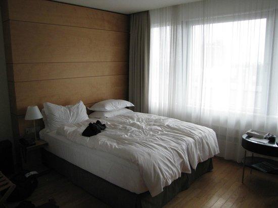 Hilton Reykjavik Nordica : Room 326 bed
