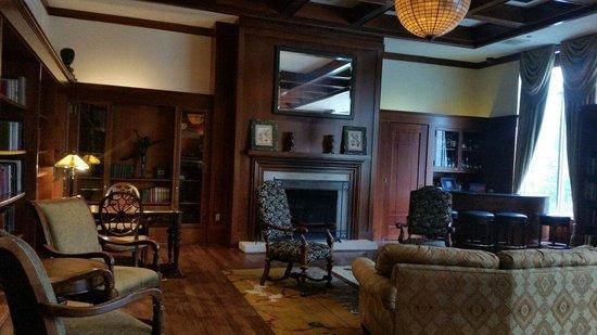 The Inn at Penn, A Hilton Hotel : Beautiful reading room