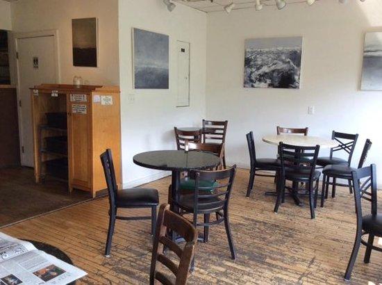Amy's Bakery Arts Cafe : tab;es