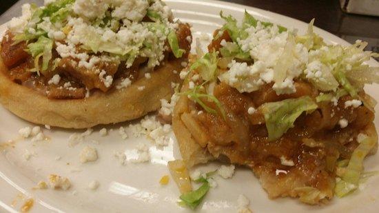 La Flor Mexican Restaurant And Cantina : Sopes de chicharron en salsa picosita