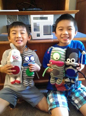 Summit Lodge Boutique Hotel : Kids with silly Stuf'd Sock Monsters and Xavier, the Rent-A-Fish