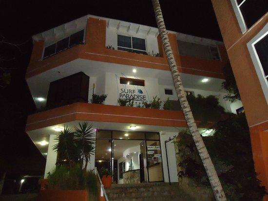 Hotel Surf Paradise: Vista de la fachada del hotel