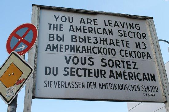 Mauermuseum - Museum Haus am Checkpoint Charlie: Cartellone che annuncia l'uscita dal settore americano