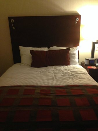 Wyndham Hamilton Park Hotel and Conference Center: Bed in guestroom
