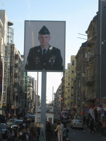 Mauermuseum - Museum Haus am Checkpoint Charlie: CHECKPOINT CHARLIE