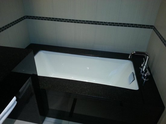 Talking Stick Resort: Wife liked bathtub