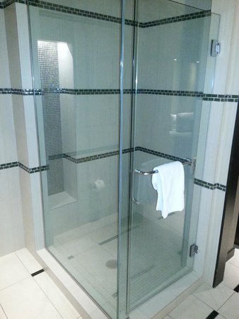 Talking Stick Resort: Cool shower