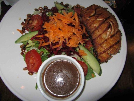 Paris Texas Bar & Restaurant: delicious salad and salmon
