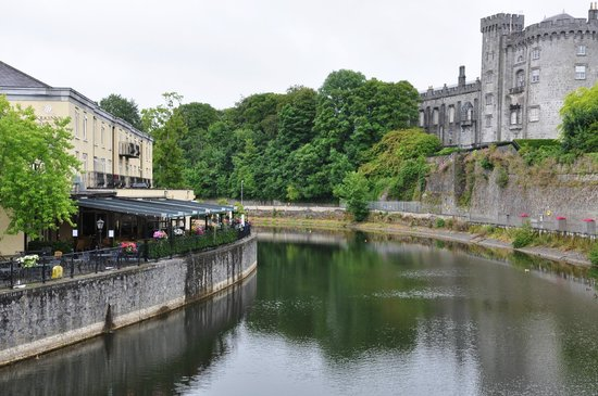 Kilkenny River Court Hotel: Across from castle