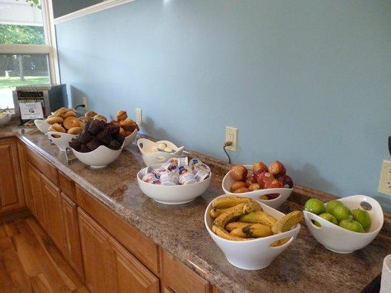 Bar Harbor Motel: Plentiful Breakfast, Muffins, Bagels, Hard Boiled Eggs, Yogurt, Fruit, Cereal, Milk, Coffee, Jui