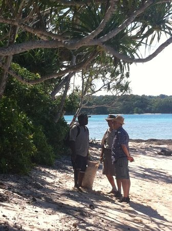 Vanuatu Ecotours : Pascal and Lucio with the owner of the land