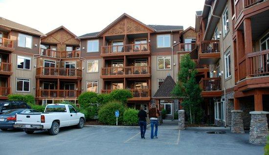 Falcon Crest Lodge by CLIQUE : Back entrance