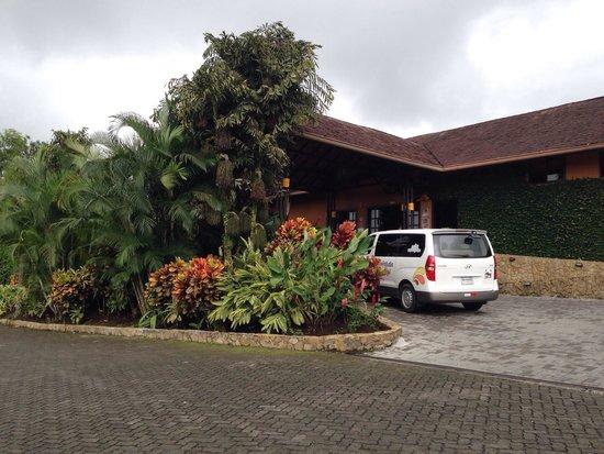Nayara Resort Spa & Gardens: Front of the hotel