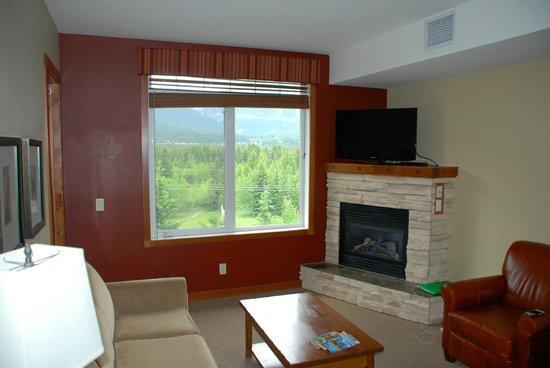 Falcon Crest Lodge by CLIQUE: Living area