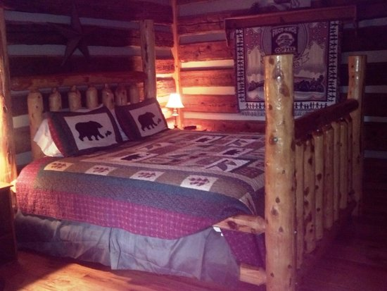 The Cabins at Cody Creek: Comfy cozy bed