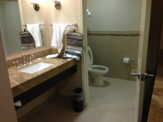 Ayres Hotel Fountain Valley/Huntington Beach: Vanity and Bath